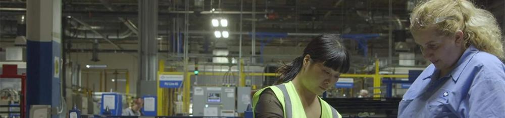 Trabalhadoras, uma chinesa e outra americana, em cena de Indústria Americana.